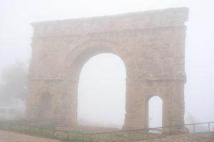 Arco y niebla